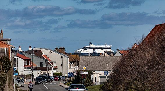 Die Fähre Calais-Dover scheinbar zum Greifen nah