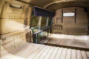 Unspektakulär, aber ohne böse Überraschung präsentiert sich der Innenraum des Kastenwagens mit der extra Klappe links.