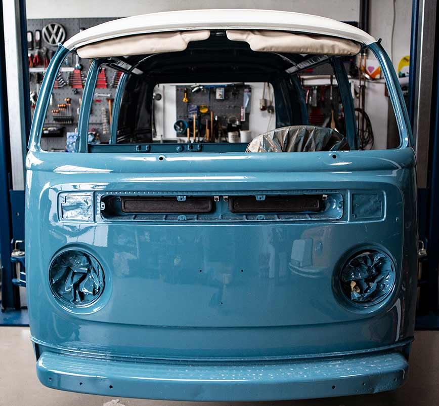 Frisch lackiert wieder in der heimischen Halle: VW Bus T2 Toni aus Italien