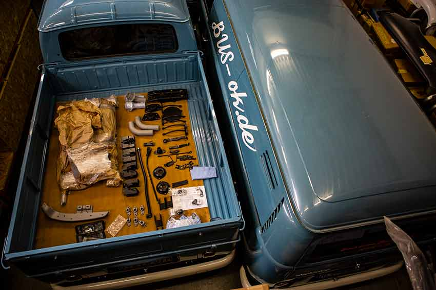 Sauber aufgereiht, frisch lackiert oder gepulvert warten die Teile von Toni auf einer T2a Doka. Stilechter geht´s nicht!