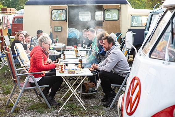 Ein T2 Kemperink im Hintergrund,davor tolle Stimmung beim gemeinsamen Essen und Trinken