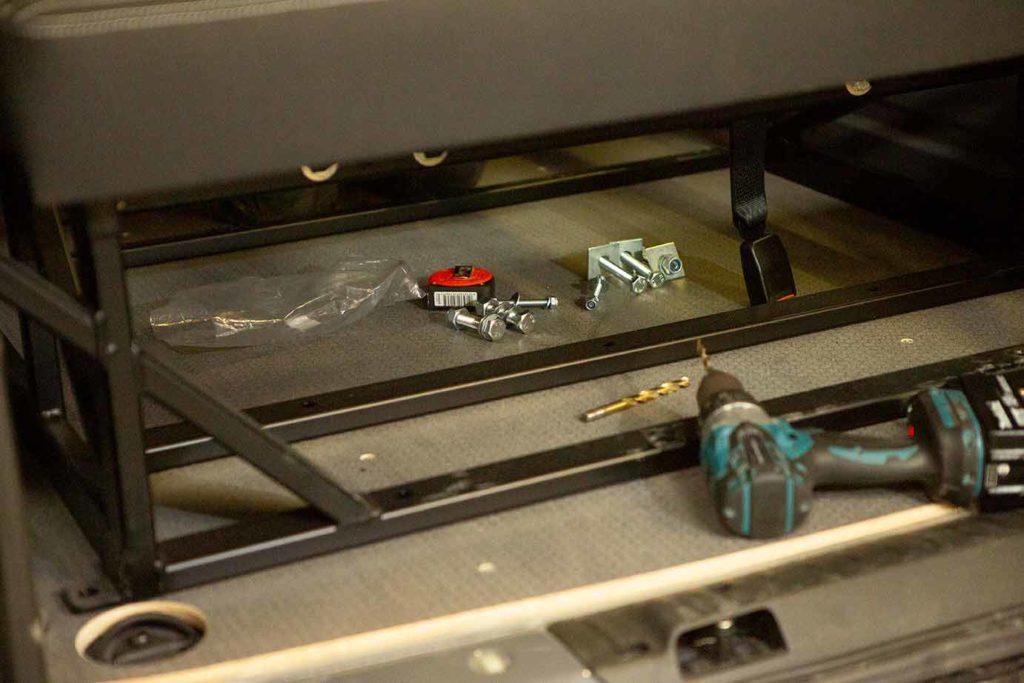 18V Akkubohrer ist hilfreich, es gibt einiges zu schrauben am VW Bus