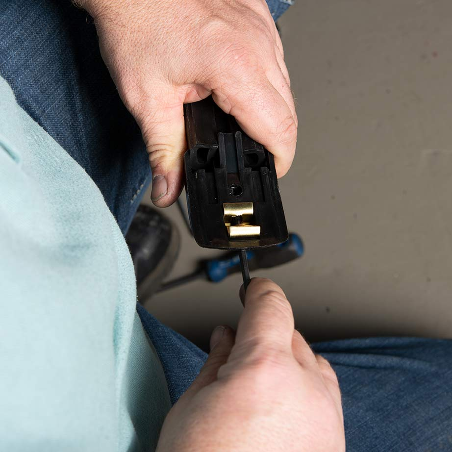 Befestigung der Stoßstangenleiste mit Inbusschlüssel lösen und einstellen.