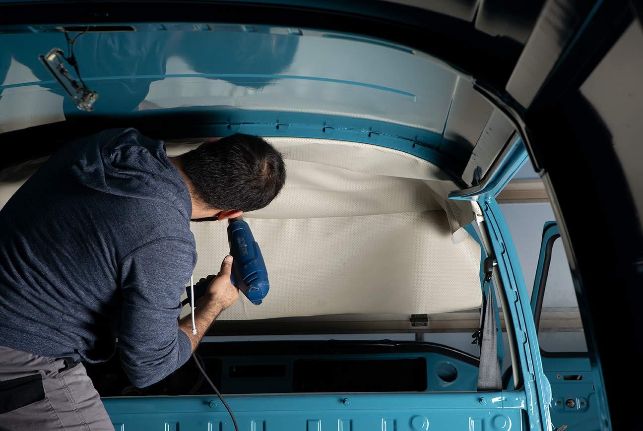 Waschen, legen, föhnen. Die Heissluftpistole macht das PVC-Material des Himmels geschmeidig und dehnbar.