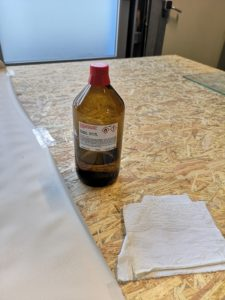 Folie zum Reinigen der Rückseite vorbereiten. Evtl. Fixierung durch Tesafilm