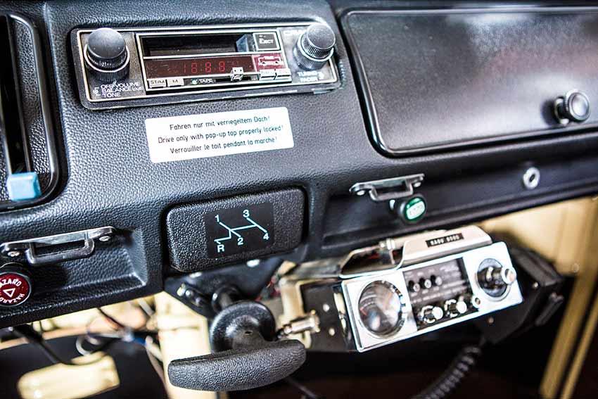 Das gepolsterte Armaturenbrett mit US-Kassettenradio und CB-Funkgerät