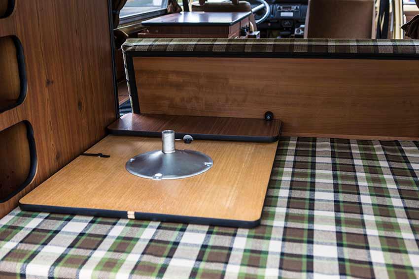 Original Tischhalterung im Kofferraum. Damit nichts durch die Gegend fliegt.