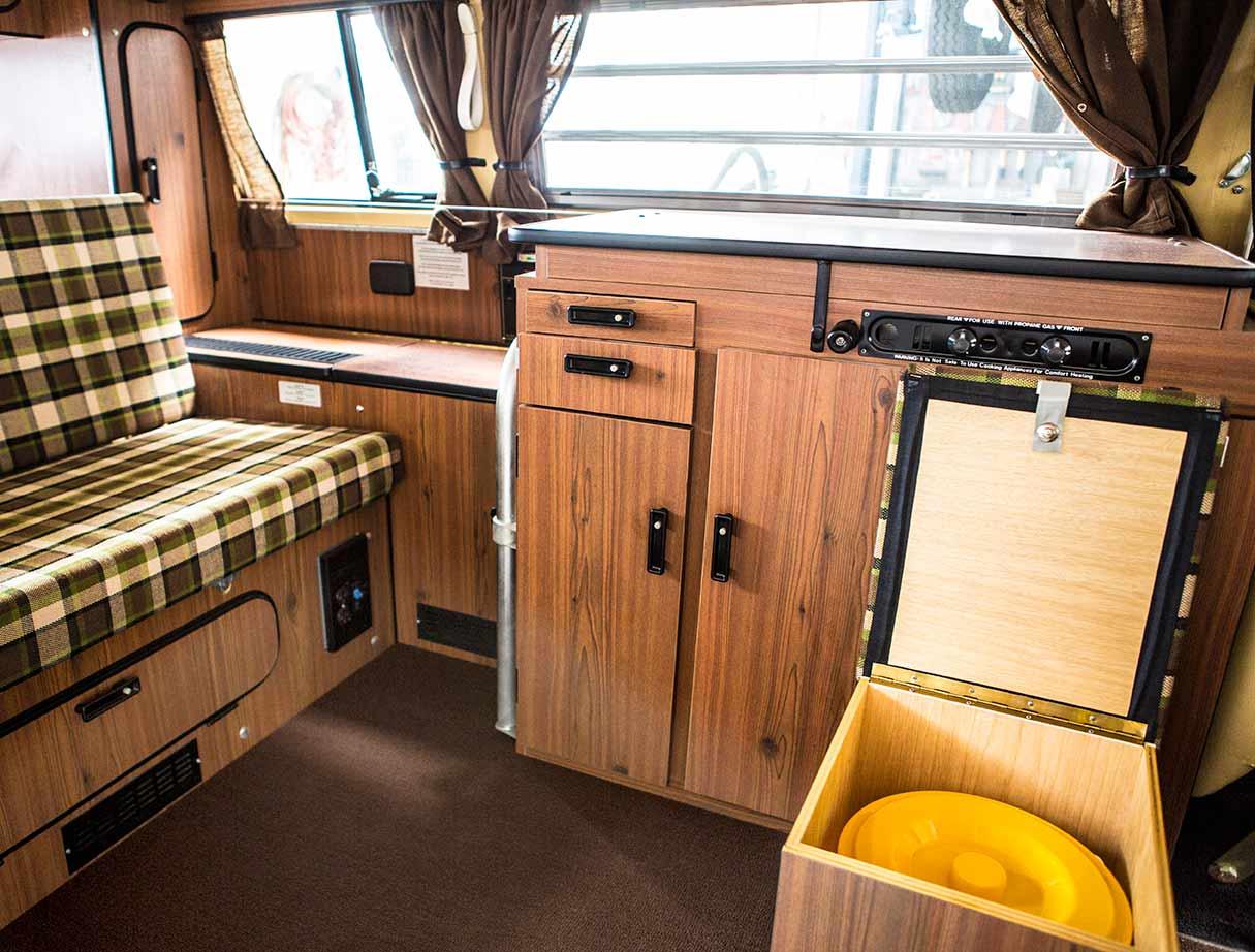 Alles neu und blitzeblank: Zum Glück auch der gelbe Eimer im Porta-Potti Kasten der Westfalia Ausstattung