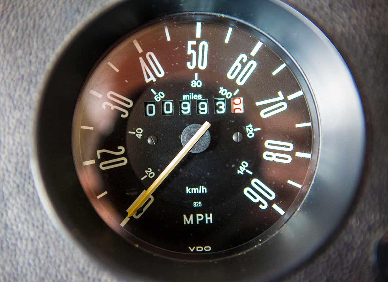 Keine 1000 Meilen hat der VW Bus T2 Scheunenfund nach 45 Jahren auf dem Tacho