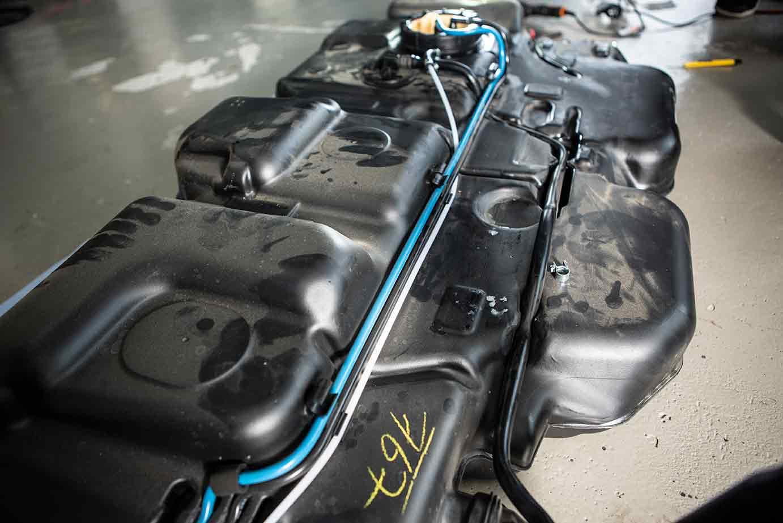 Die Leitung kann gut zum vorderen Ende des Tanks gelegt werden, bevor sie durch den Rahmen zur Standheizung rechts geschoben wird.