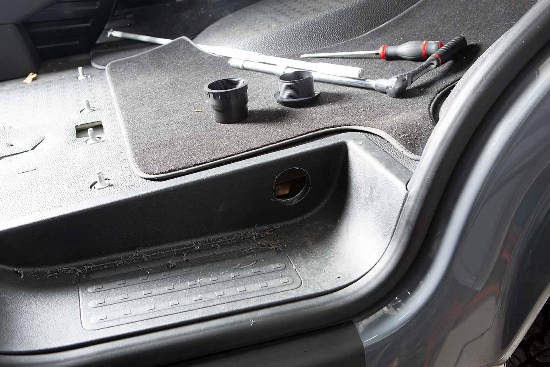Das Loch für die Düsenöffnung der Luftansaugung. Oben die Düse kann nun einfach eingesetzt werden. Anschließend wird das mitgelieferte 60er Rohr unter der Trittstufe mit der Heizung verbunden.