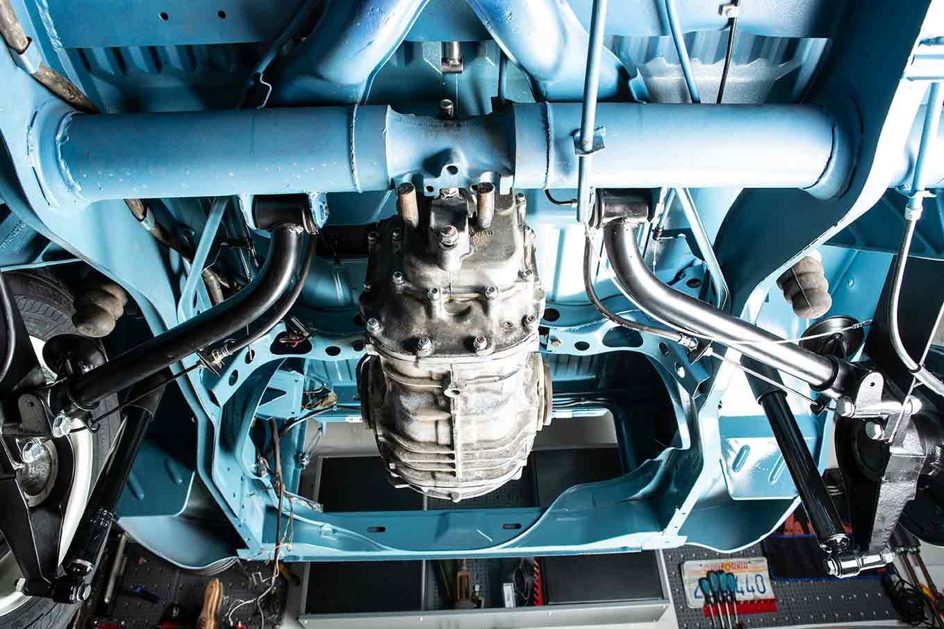 Sieht aus der Perspektive zierlich aus, wiegt aber satt: Das Getriebe unter dem VW Bus T2 Marktwagen