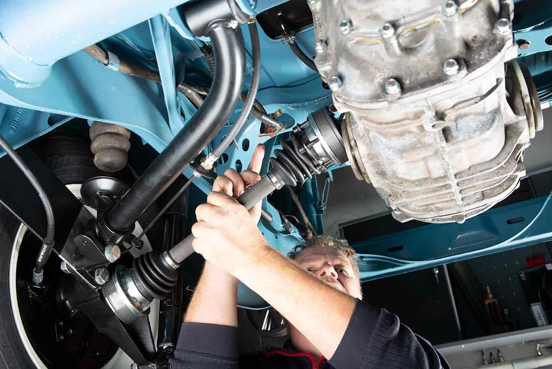 Am Rad schon montiert, jetzt wird die Antriebswelle am Getriebe verschraubt
