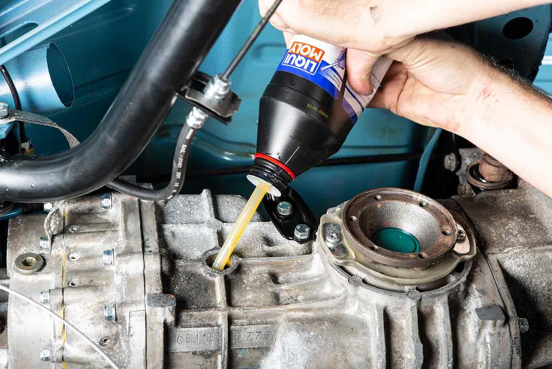 Mit dem Stück Benzinschlauch kann das Getriebeöl einfach und nahezu kleckerfrei eingefüllt werden.