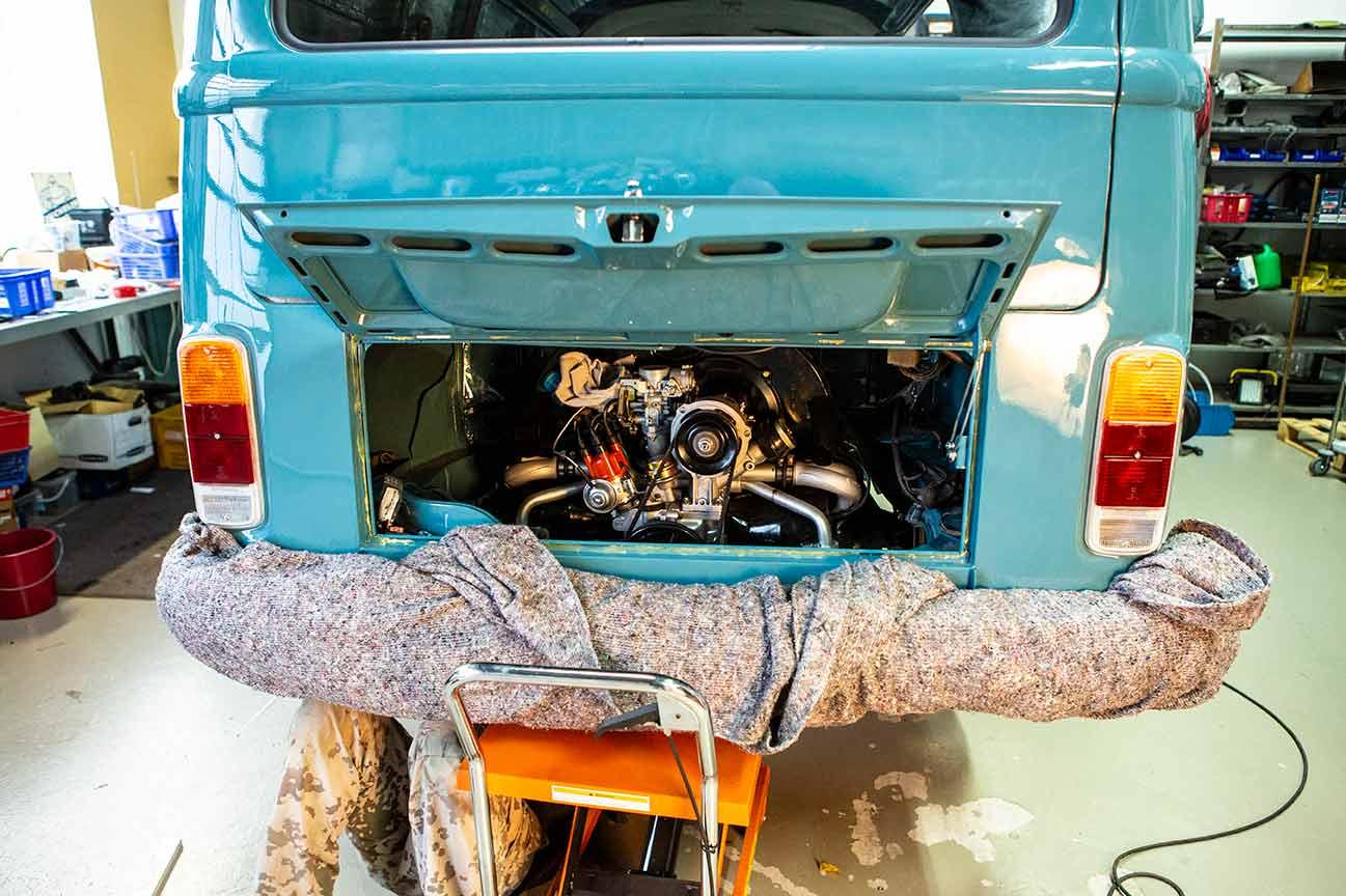 Der Motor steht auf dem Hubwagen, Sebastian daneben. Schönes Mechanikerleben.