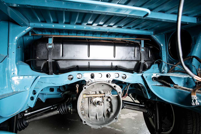 Hier der Tank im Motorraum des VW Bus T2, noch ohne den erforderlichen Schutzschild.