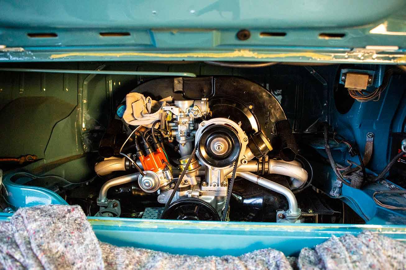 Der Motoreinbau in den VW Bus ist erledigt. Aber noch ist genug zu tun, bevor die Maschine laufen kann.