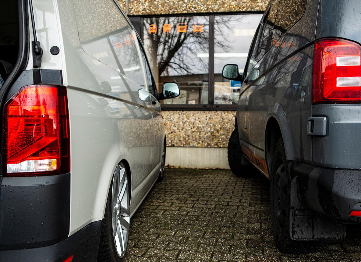 Gleiches Auto, veränderte Ladehöhe: Links der tiefe T6.1, rechts die graue Maus von uns.