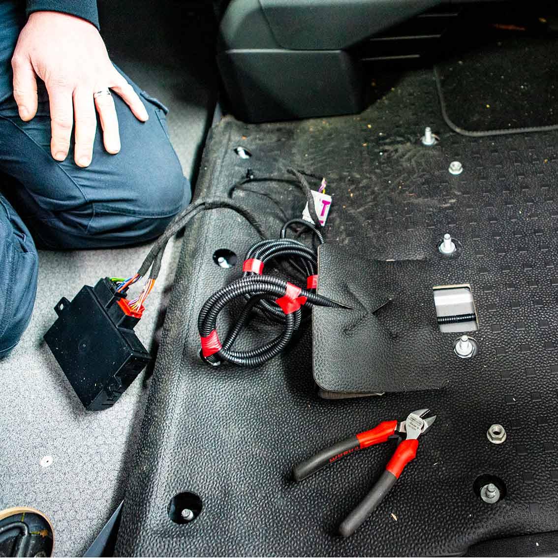 Kabel mit Steuerbox aus der bisherigen Sitzkonsole brauchen einen neuen Platz