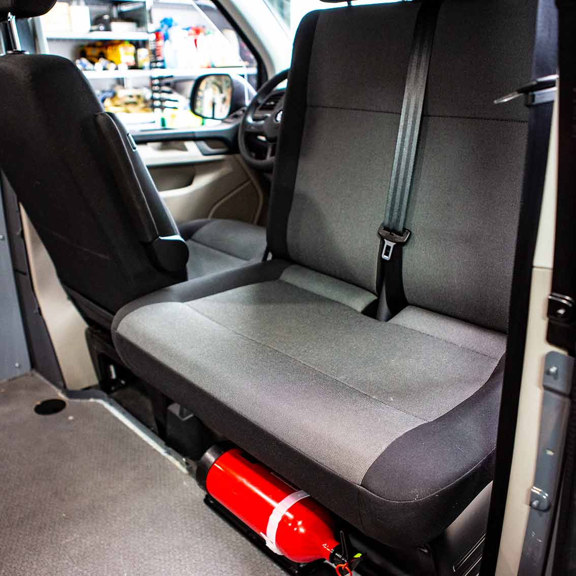 Doppelsitzbank auf Drehsitzkonsole - perfekte Ausnutzung des Platzes im Campingbus