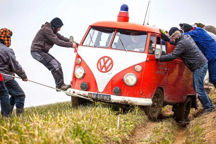 Mit vereinten Kräften durchs Gelände. Der ehemalige Feuerwehr-Bulli wird geuogen und geschoben, schafft aber letztendlich die Strecke.
