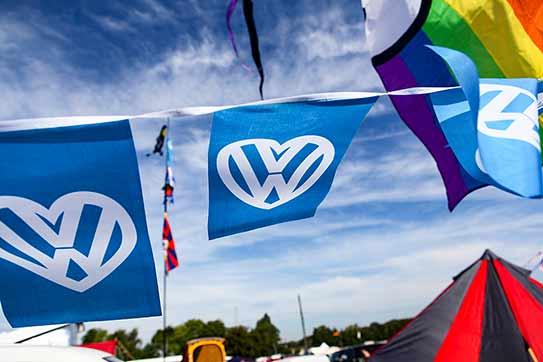 VW-Flagge in Herzchenform, blauer Himmel über Great Malvern