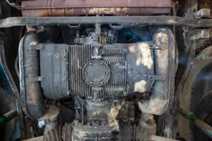Leider kein Olivenöl: Typ1 Motor des VW Bus T2 aus Italien ist renovierungsbedürftig.