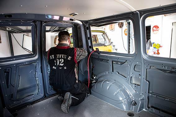 Fensterausschnitt in Kastenbus gesägt, jetzt wird Keder angebracht.
