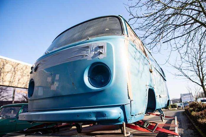 Vom Strahlen zurück, mit Spezialgrundierung in hellblau versehen. Toni, unser VW Bus T2 Marktwagen aus Italien.