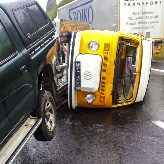 Transporterunfall trauriger Art: Frisch restaurierter T2 Westfalia mit Anhänger umgekippt.