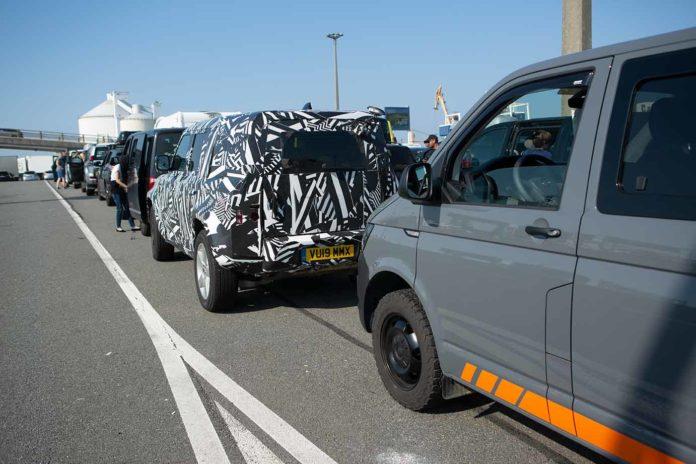 Hinter dem Erlkönig des neuen Land Rover Defender warten wir in Calais auf die Fähre nach England