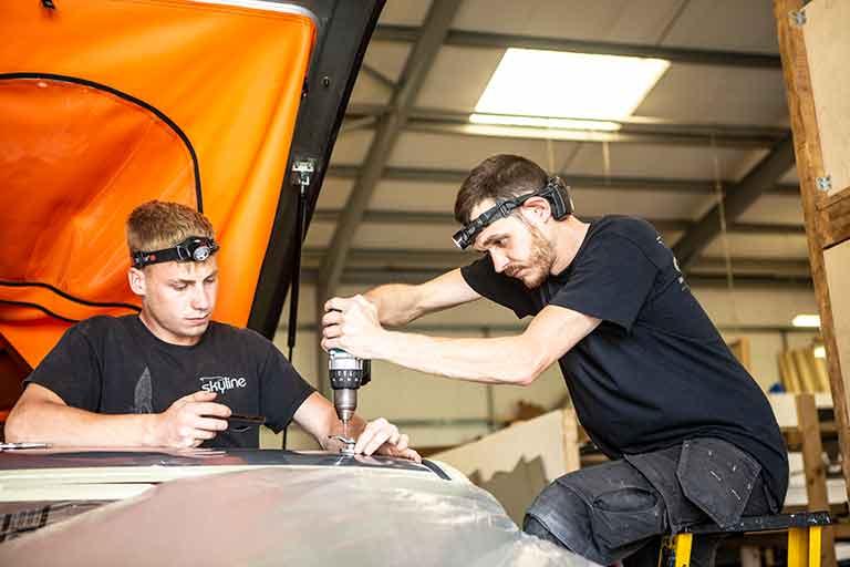 Joshua und Ross bei der Feinjustierung des Dachverschlusses
