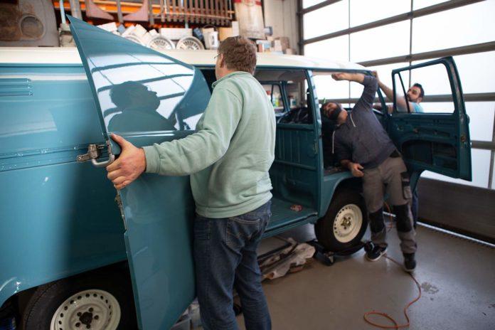 Work, work, work ...Vorne bekommt Toni einen neuen Himmel, die Schiebetür wird eingebaut, und die hintere Stoßstange montiert.