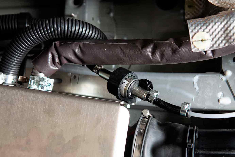 Die Dieselpumpe am Gehäuse mit angeschlossenen Treibstoffleitungen
