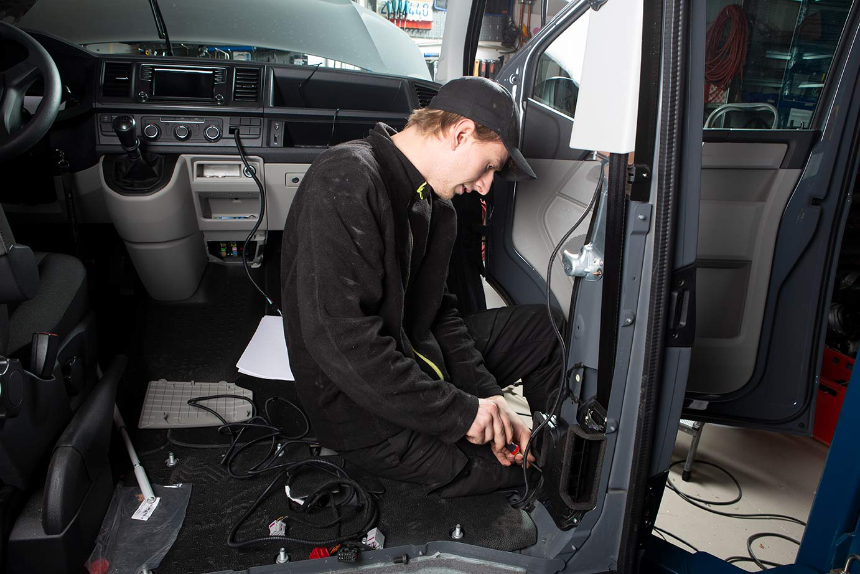 Dirk hat sich gefreut und anprobiert, Kevin darf den Verteiler am Rahmen festschrauben.