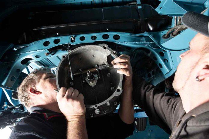 Getriebeeinbau in den VW Bus T2 geht prima, wenn man zu zweit ist.
