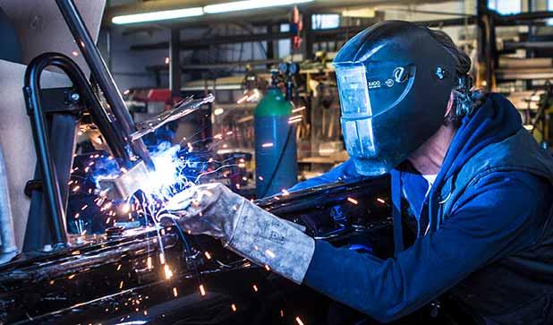 Schweissarbeiten am Auto in einer Werkstatt.