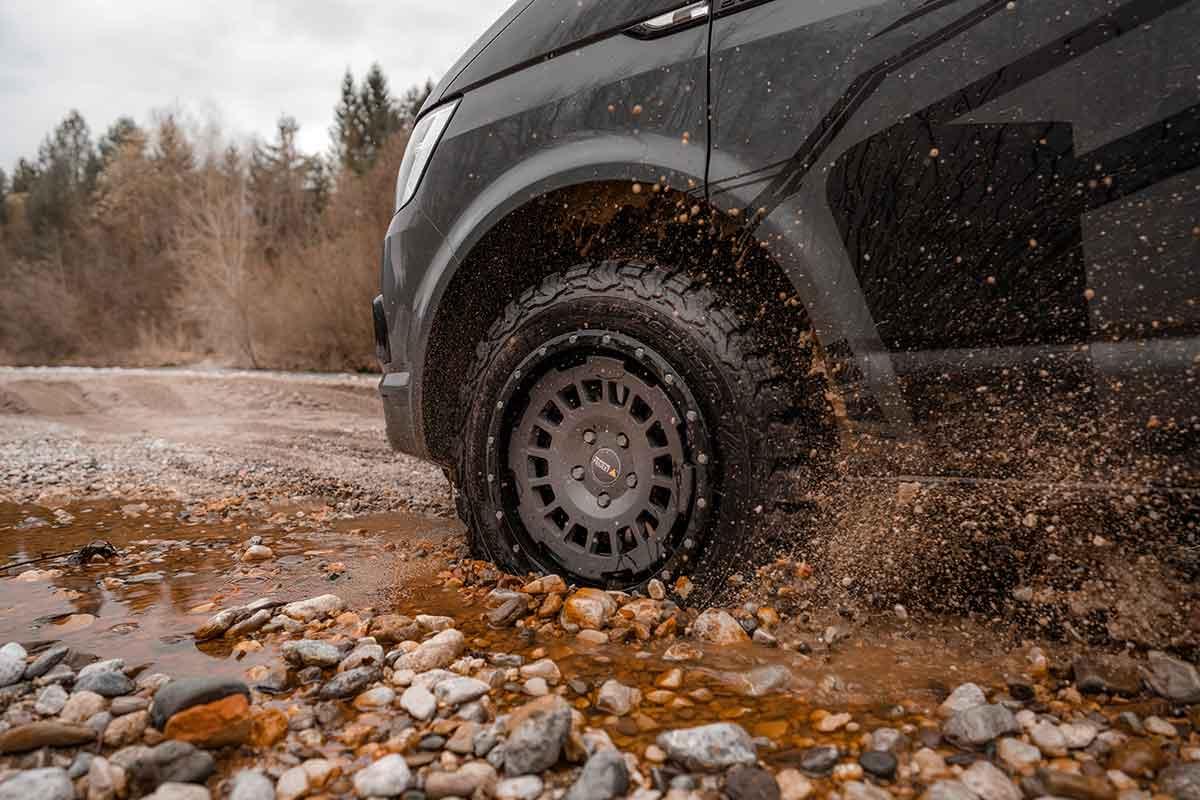 Mit Felgenschutzring ist auch grober Schotter keine Gefahr für die Felgen. Foto: Deimann-Fahrwerktechnik