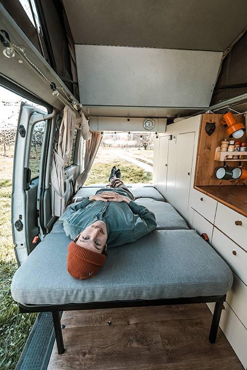 Entspannter Frank auf der Schlafbank in VW Bus Rudi.