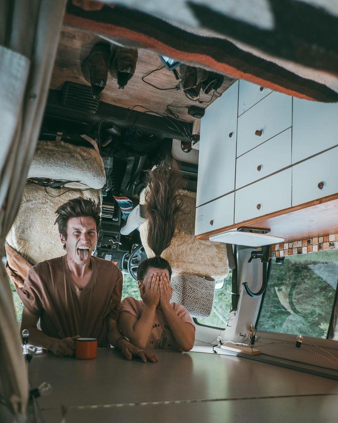 Dreimal hingucken ;) Frank und Selina in ihrem selbsausgebauten VW Rudi. Foto:PinePins