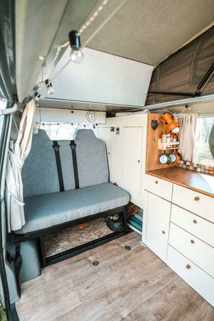 Dreiviertel Sitzbank von uns mit Sicherheitsgurten im T4 Camper verbaut.