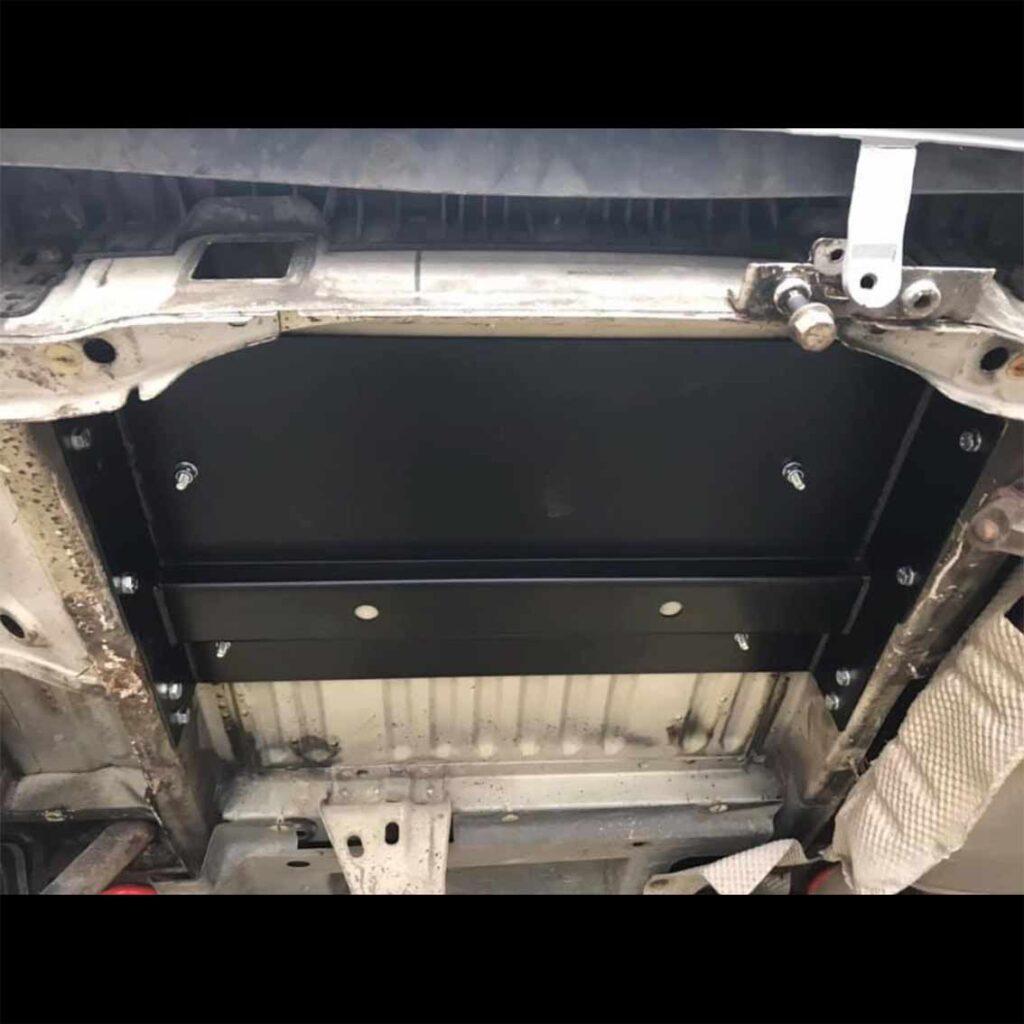 Bei der 3/4 Bank werden pro Reihe nur 2 Schrauben durch die Montageplatte gebohrt, die dritte Schraube wird nur am Fahrzeugboden gekontert (hier auf dem Bild nicht zu sehen)