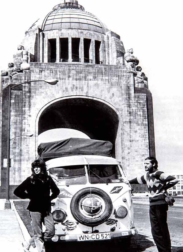 Halbzeit, nach 65.000km enstand dieses Foto vor dem Siegestor in Mexico Stadt. Und die Weltreise ist noch nicht beendet.