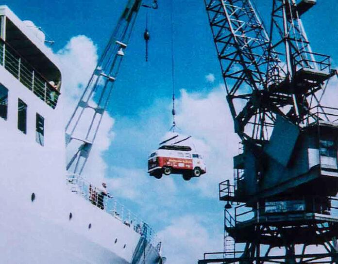 Mit dem VW Bus einmal um die Welt - geht nur mit Hilfe von Transportschiffen.