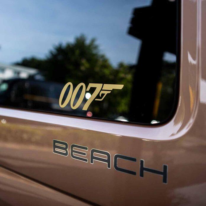 VW Bus T6.1 California Beach mit Goldfinger-Schriftzug