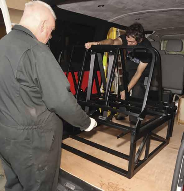 Mit Helfer die Sitzbank ausrichten. Bitte beachten, unser Fotobus ist ein rechtsgelenktes Modell, also aufpassen!