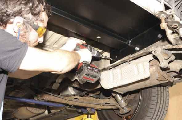Die Gegenplatte unter dem Fahrzeugboden wird eingeschraubt. Dazu passend die Löcher in den Rahmen bohren.