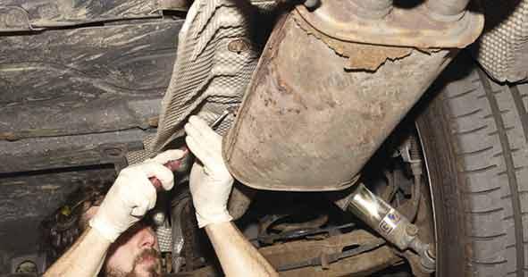 Hitzeschilder und Dämmungen lösen und entfernen. In diesem Fall sollte man den Auspufftopf direkt mit ersetzen.