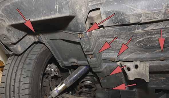 Unterbodenschutzplatten nach Lösen der Clips entfernen.