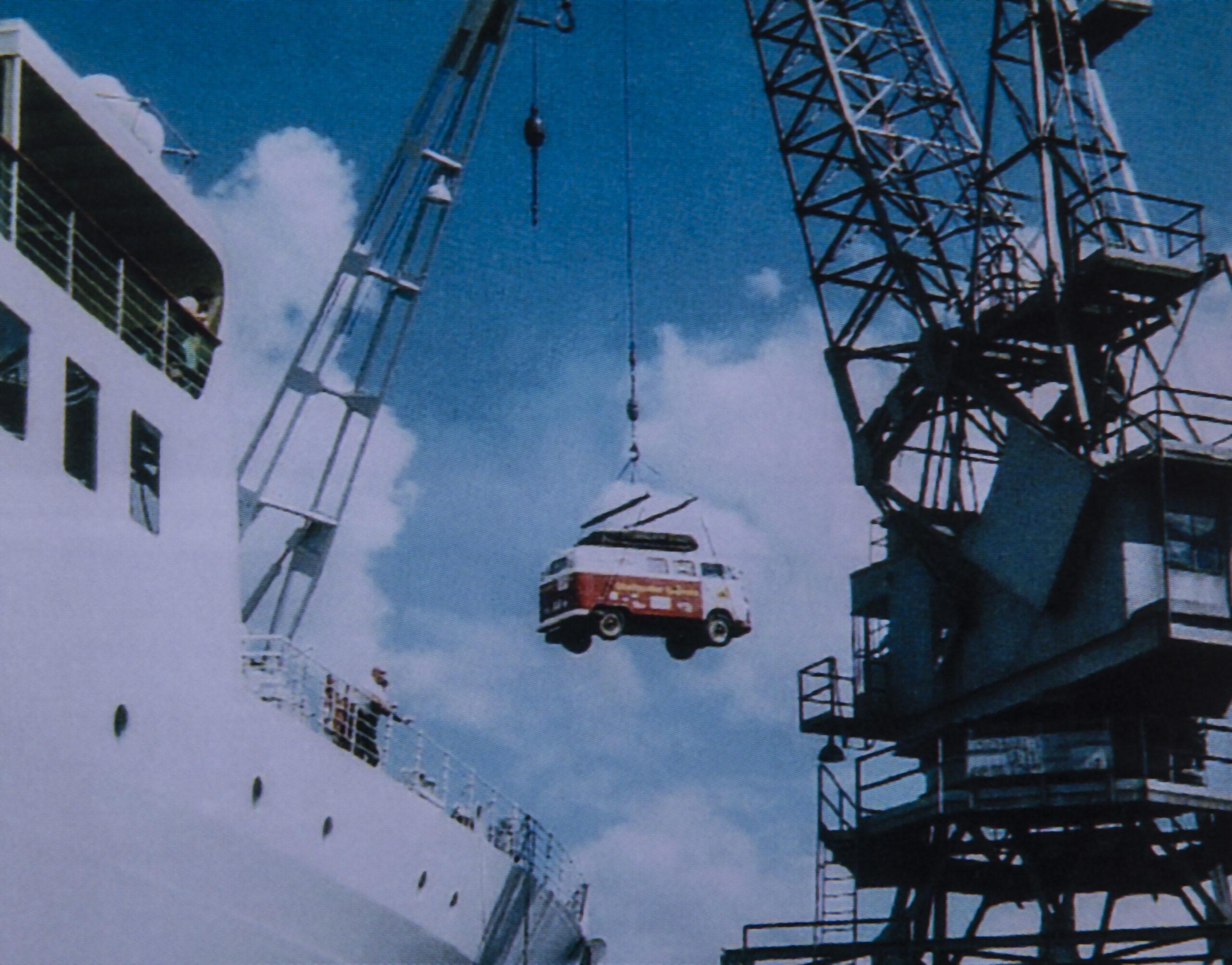 Bulli am Haken. Von Australien aus geht es mit dem Schiff in 20 Tagen über Tahiti nach Panama-City.